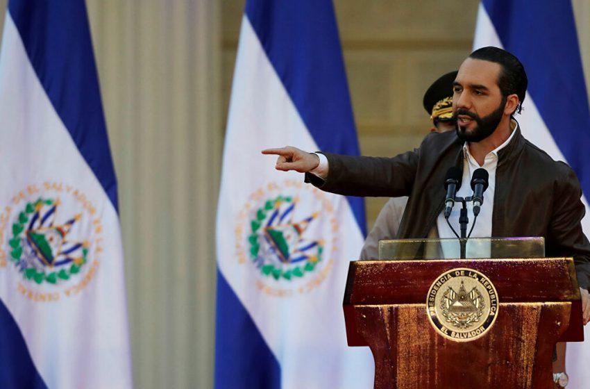 VÍDEO │Salvadoreños se aglomeran para recibir ayuda estatal; gobierno cierra oficinas para evitar contagios