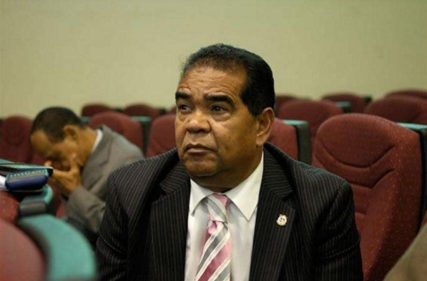 Diputado Manuel Díaz es ingresado con síntomas semejantes al coronavirus.
