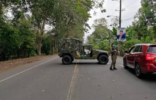 Militarizan entradas y salidas de SFM; guardia chequea vehículos.