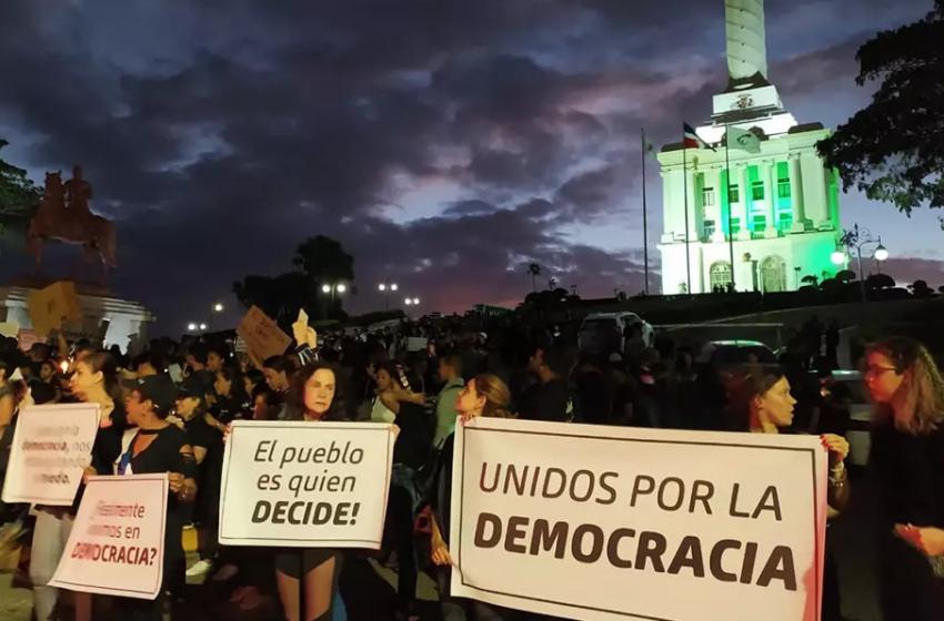 """Jóvenes de Santiago convocan protestas 8 de marzo para evitar otro """"tollo"""" electoral."""
