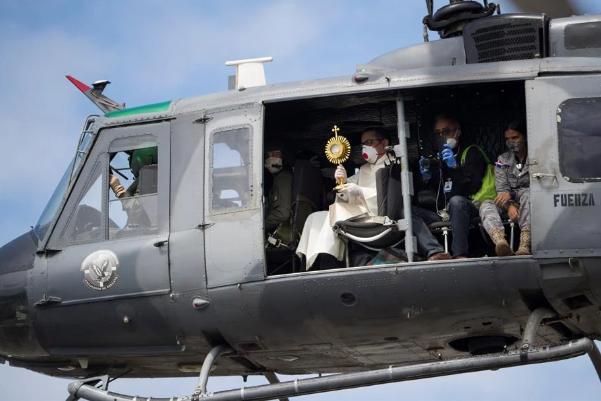 Bendición desde el cielo: curas católicos bendicen Santo Domingo desde helicóptero