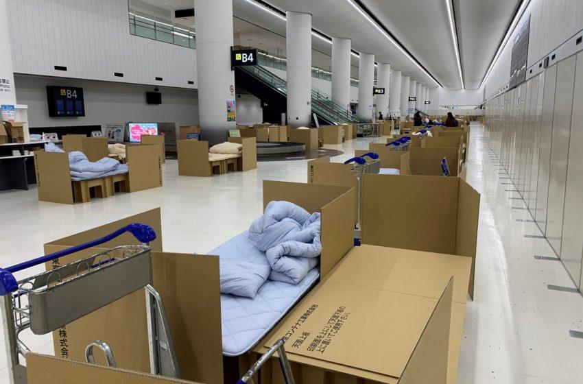 """Abren un """"hotel de cartón"""" en el aeropuerto de Japón para albergar a los pasajeros que esperan los resultados de la prueba de coronavirus"""