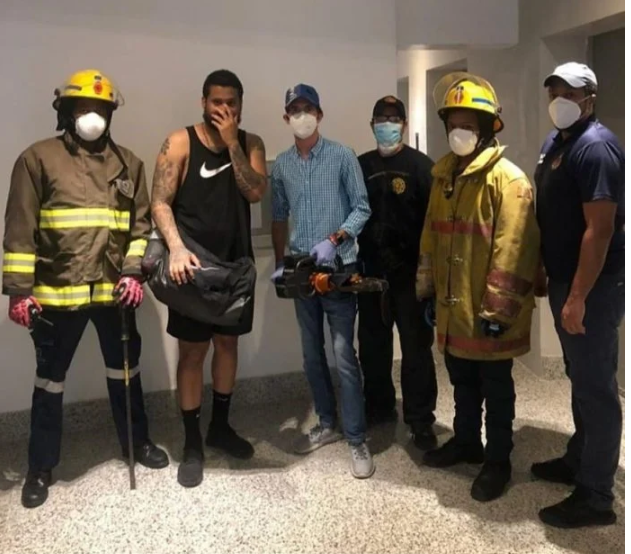Bomberos rescatan al Lápiz Consciente de ascensor