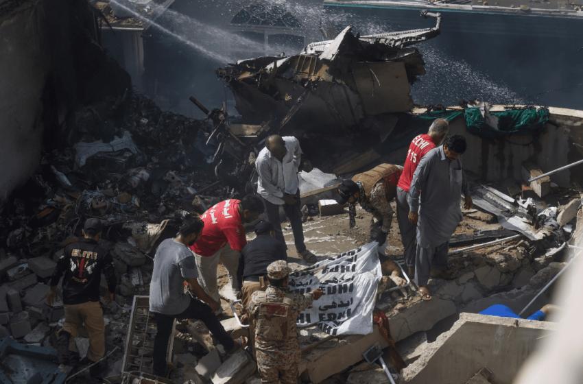 Un avión con 99 personas a bordo de Pakistan International Airlines se estrella en un barrio residencial cerca del aeropuerto de Karachi