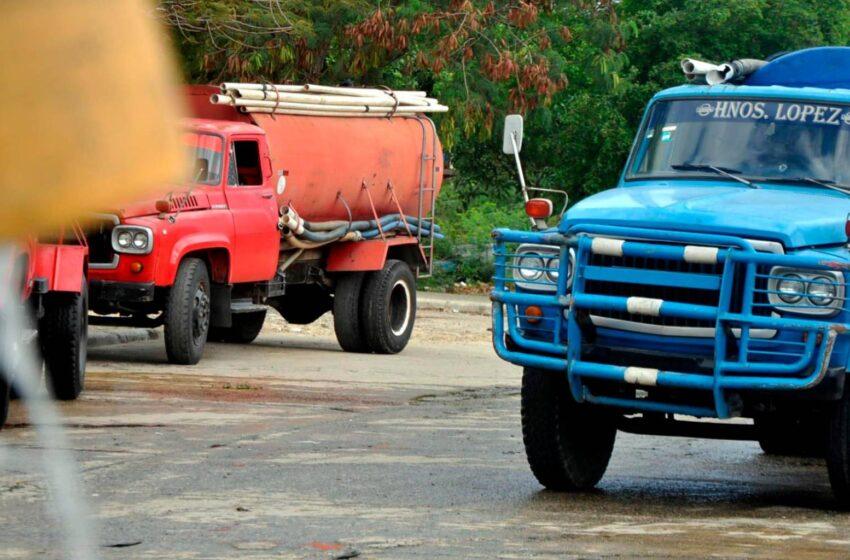 Camioneros del agua se lucran en medio de escasez del preciado líquido