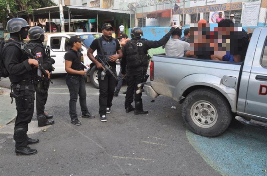 Reciben a tiros a agentes de la DNCD en la 42 del Capotillo