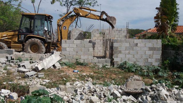 Autoridades realizan operativo para recuperar áreas verdes invadidas en residenciales de la Jacobo Majluta