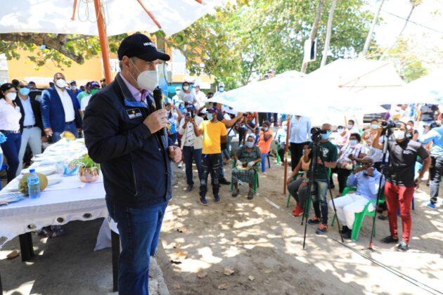 Gonzalo Castillo se solidariza con sectores, les entrega material antiepidémico