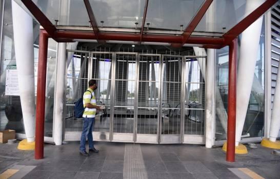 """""""No queremos caer presos"""": Empleado del metro cierra las puertas dejando fuera a cientos que hicieron fila de horas"""