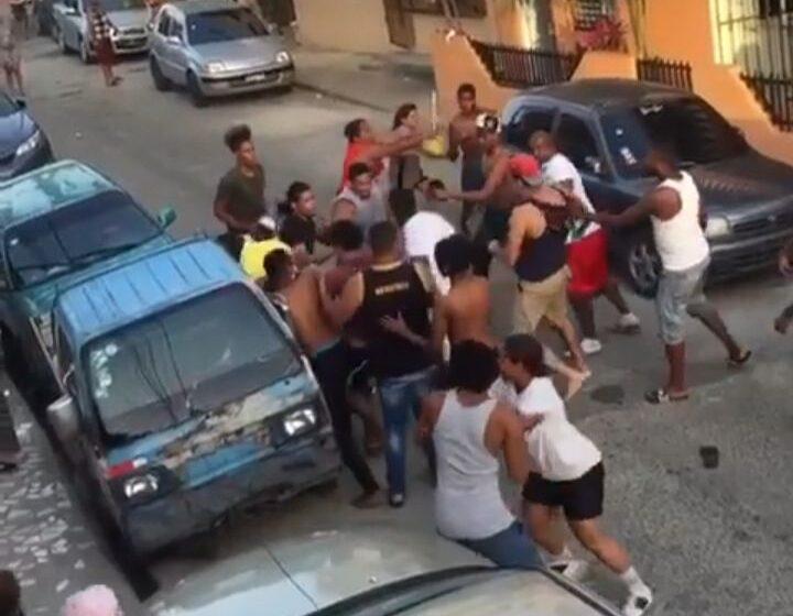 """VÍDEO   Violenta pelea grupal tiene lugar supuestamente en """"Los Mina"""""""