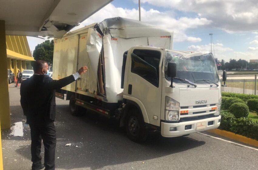 Camión embistió fachada de JCE, causó daño pero sin heridos