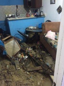 VÍDEO | La ruptura de un reservorio de agua genera daños a viviendas y vehículos en Santiago