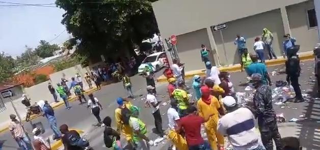 VÍDEO | Decenas de manifestantes piquetean frente a la alcaldía de SDE en reclamo de pago y que no les quiten empleos