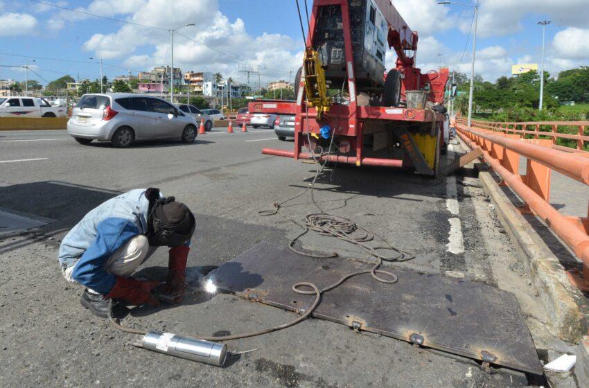 MOPC interviene puente Juan Bosch para reparar juntas de expansión