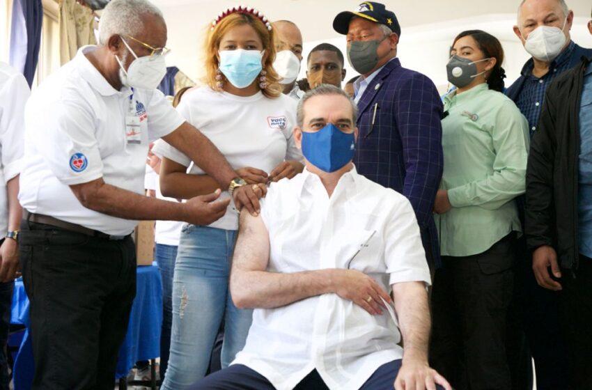 Presidente Abinader recibe la tercera dosis de la vacuna contra el covid-19