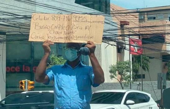 Hombre sale a pedir empleo como chofer con cartón en mano