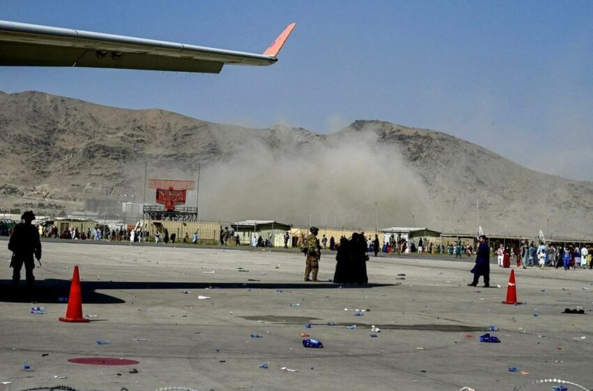 Se produce explosión a la entrada del aeropuerto de Kabul, reportan víctimas
