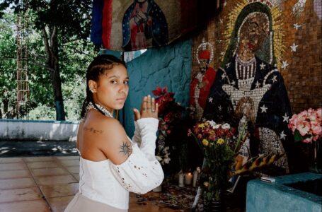 (Video) Imponen pago de un salario mínimo y un año sin visitar La Vega a Tokisha tras fotos en santuario de la Virgen