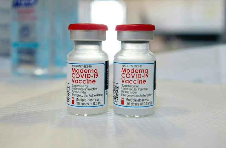 Japón halla partículas de acero inoxidable en lotes suspendidos de la vacuna anticovid de Moderna